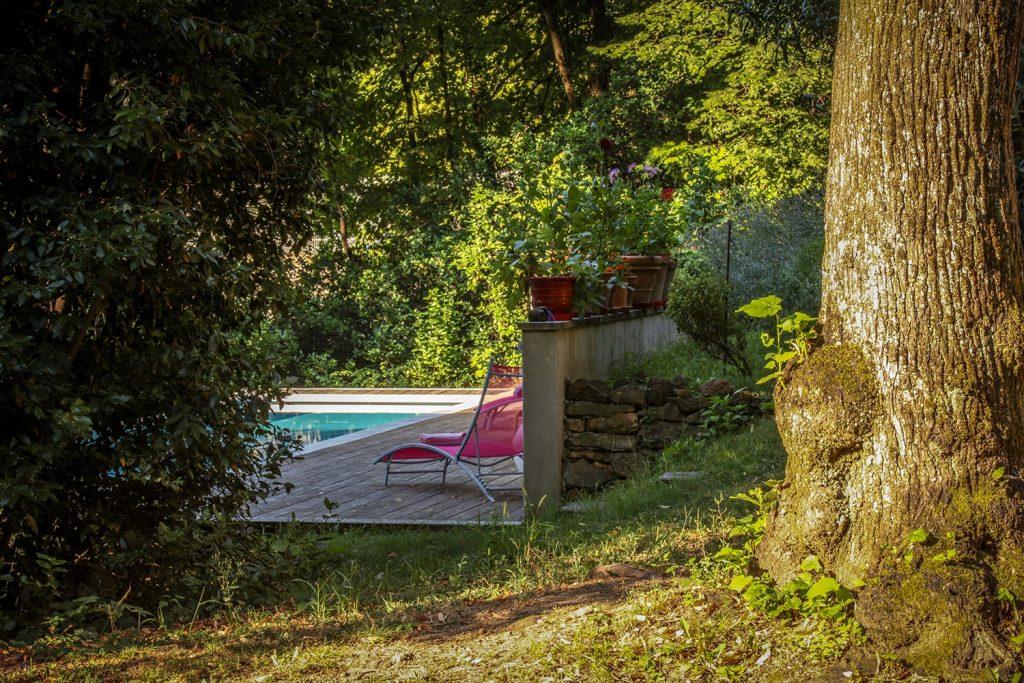 La piscine est juste à côté du gite du Clos, en pleine nature.