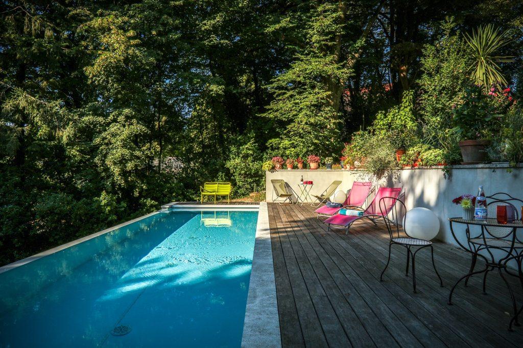 La grande piscine du gite, au milieu du parc centenaire, pour profiter des vacances rafraichissantes