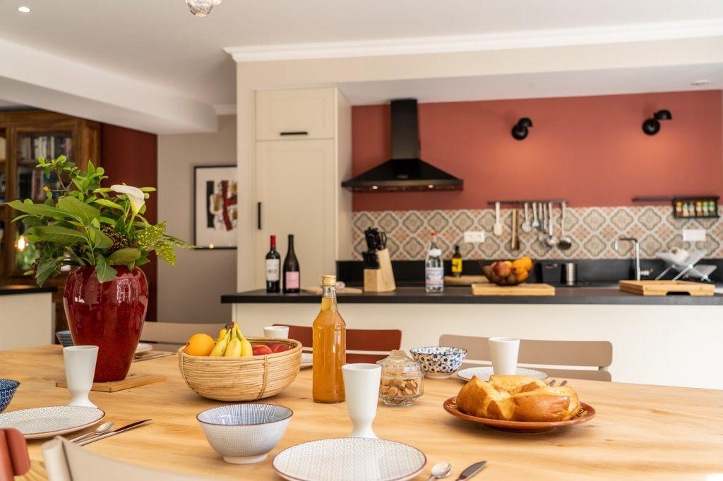 La cuisine du gite avec la grande table à manger en Cèdre au milieu de la nature.