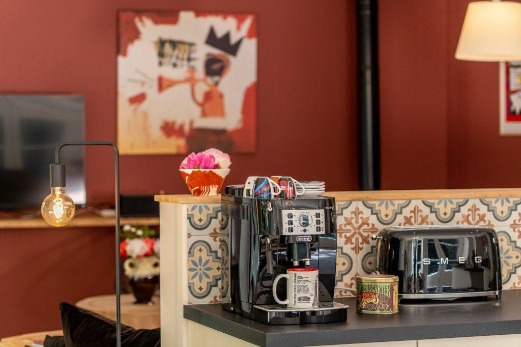 Profitez de notre machine à café, broyeur à grains. Et allez chercher votre café chez le torréfacteur à deux pas en plein centre ville