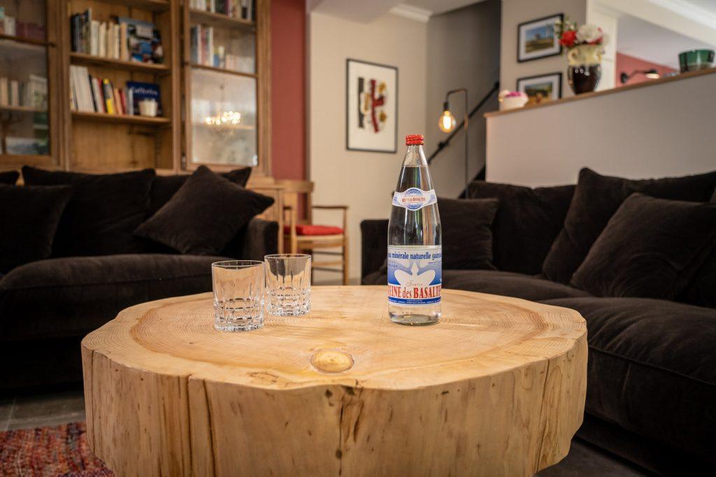 Nos tables basses en cèdre pour gite haut de gamme en Ardèche avec une touche naturelle