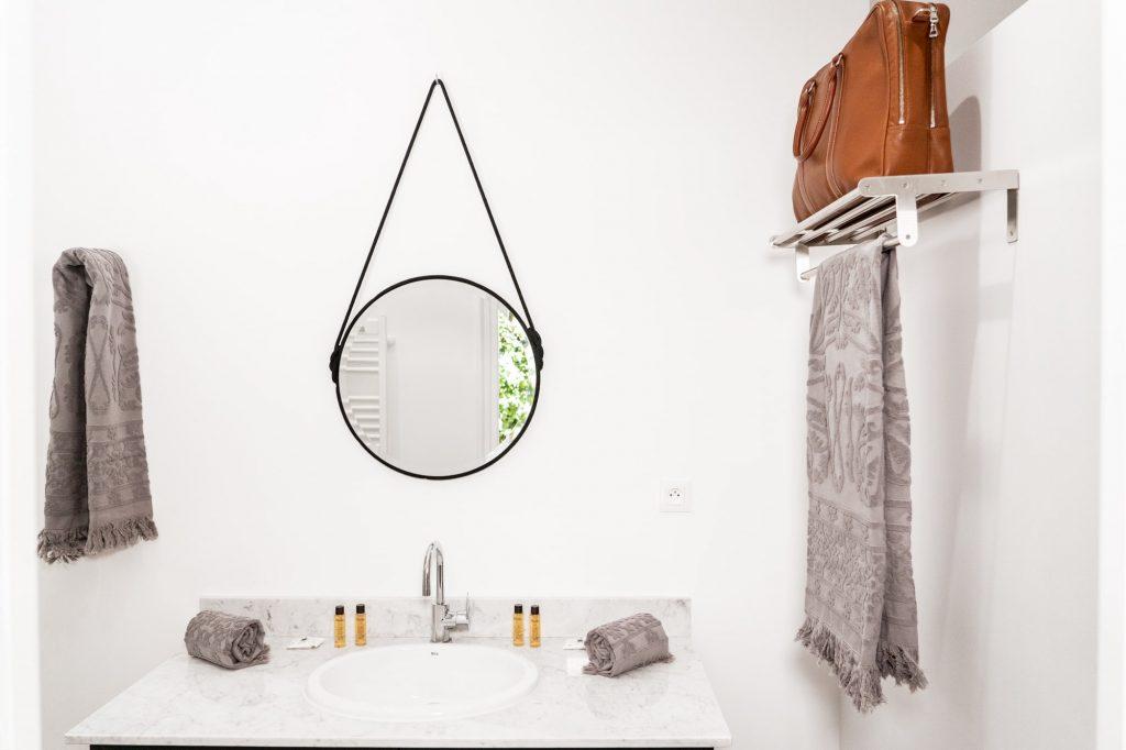 Salle de bain chambre Ocre, linge de bain Harmony, produits cosmétiques naturels Melvita.