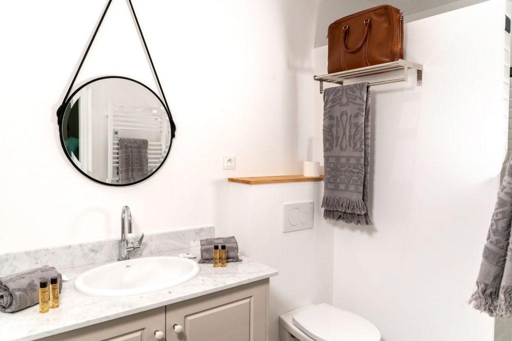 La salle de bain et wc de la chambre charbon du Gite.