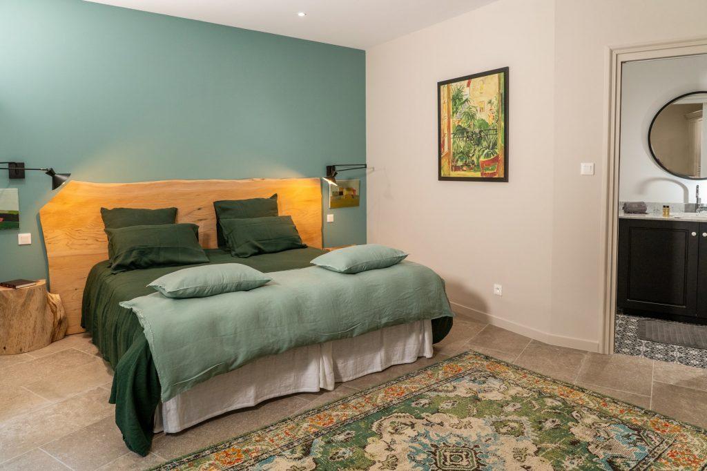 La chambre mélèze avec sa tête de lit et ses tables de chevet en cèdre.