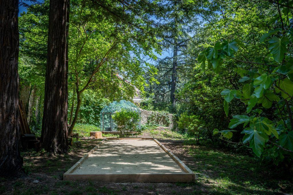 Le terrain de pétanque officiel du gite à l'ombre des séquoia centenaires.